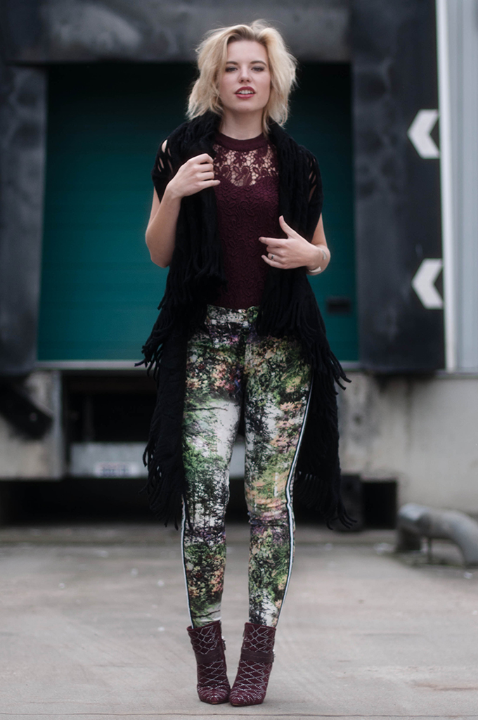 RED REIDING HOOD: Fashion blogger wearing high waisted pants floral print street style burgundy oxblood outfit