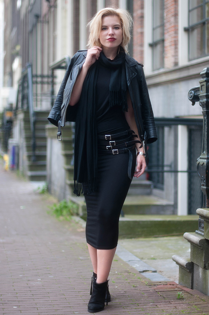 RED REIDING HOOD: Fashion blogger wearing maxi dress H&M Trend leather jacket all black everything look