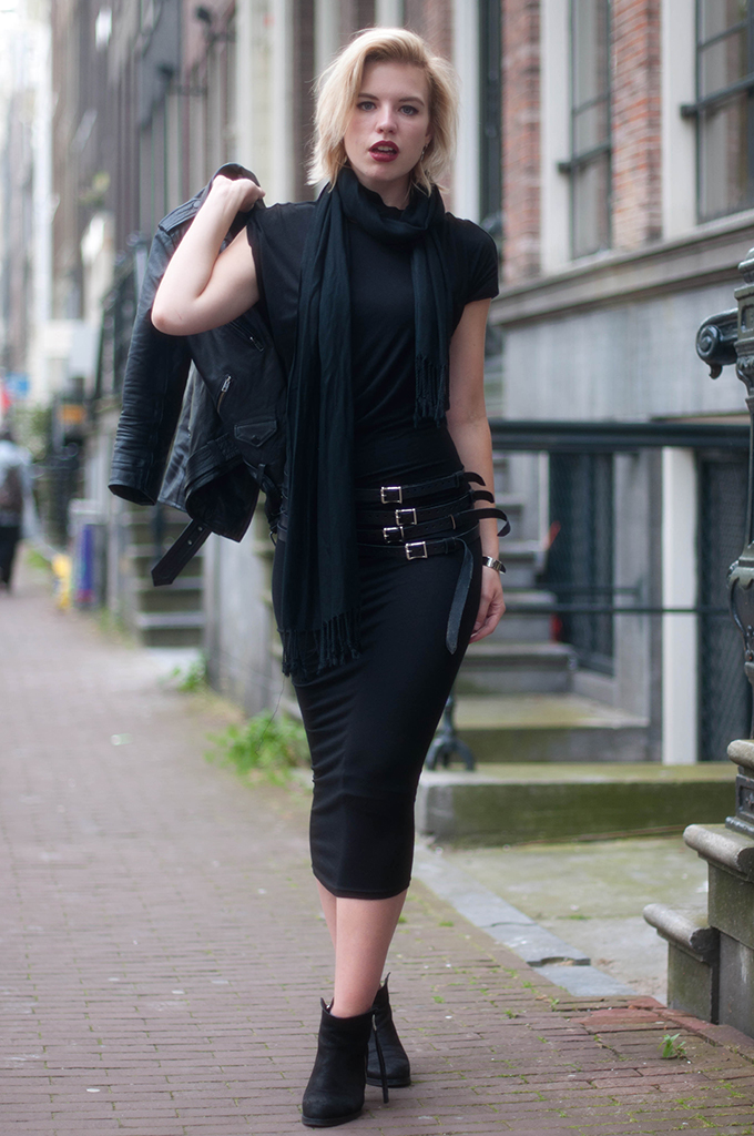 RED REIDING HOOD: Fashion blogger wearing all black everything look maxi dress street style multiple straps belt model off duty look