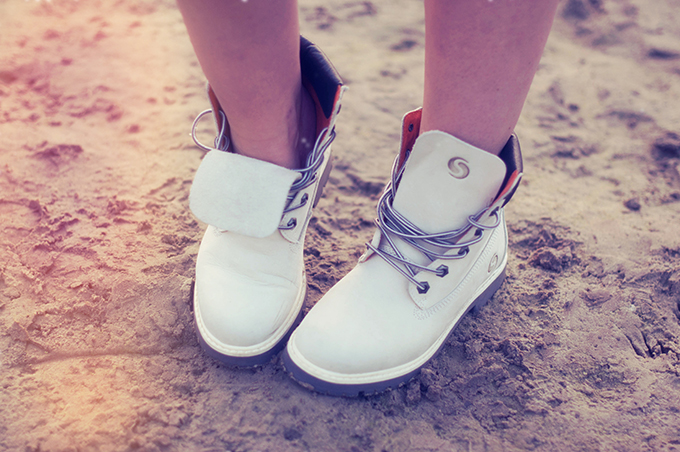 RED REIDING HOOD: Fashion blogger wearing white timberland mountain boots festival boots street style outfit details