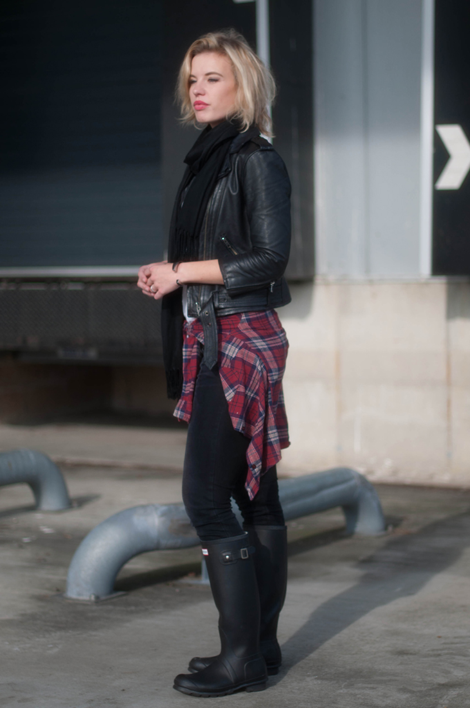 RED REIDING HOOD: Fashion blogger wearing Levi's Revel Jeans Curve ID model off duty look shirt tied around the waist trend