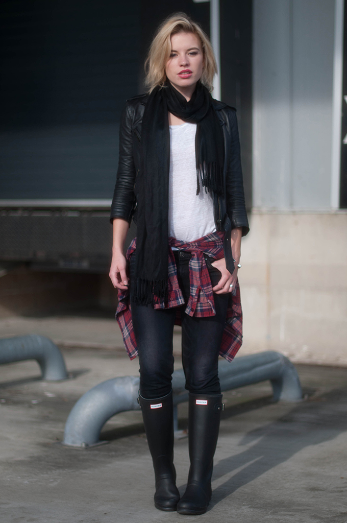 RED REIDING HOOD: Fashion blogger wearing plaid shirt tied around the waist street style layers model off duty look hunter boots outfit