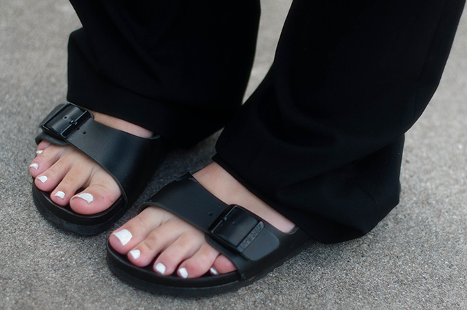 RED REIDING HOOD: Fashion blogger wearing wide legged trousers street style birkenstock monterey slides