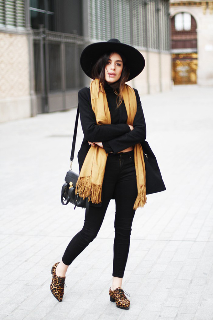 RED REIDING HOOD: Fashion blogger wearing all black everything look gold details outfit leopard loafers