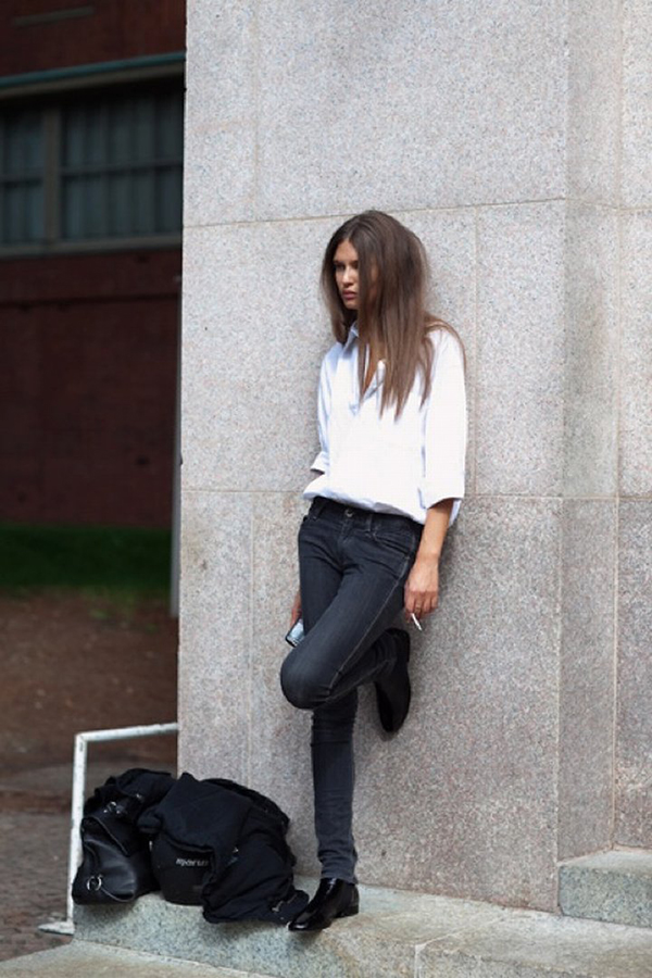 RED REIDING HOOD: Fashion blogger wearing chelsea boots street style simple outfit black jeans white shirt
