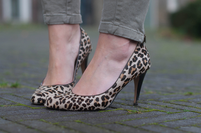 RED REIDING HOOD: Fashion blogger wearing leopard print ponyhair pumps street style outfit details
