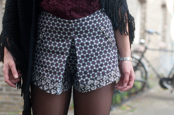 RED REIDING HOOD: Fashion blogger wearing printed high waisted structured origami shorts primark street style outfit details fringed poncho
