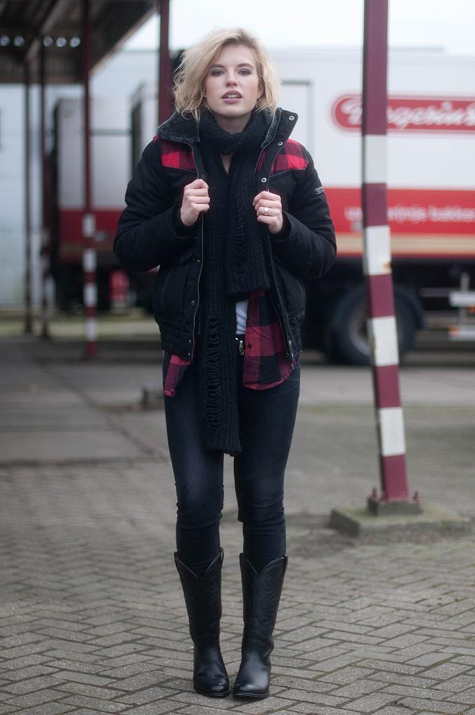 RED REIDING HOOD: Fashion blogger wearing lumberjack coat tartan plaid shirt street style sendra cowboy boots
