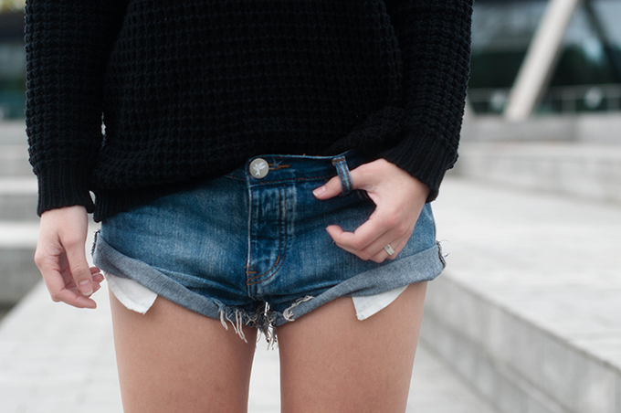 RED REIDING HOOD: Fashion blogger wearing One Teaspoon shorts and chunky knit street style heavy knitted jumper