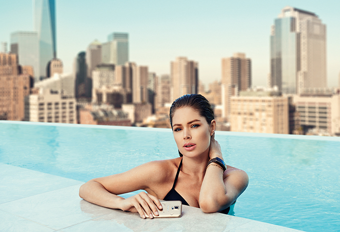 RED REIDING HOOD: phonehouse samsung galaxy s5 copper gold Doutzen Kroes model swimming pool rooftop campaign