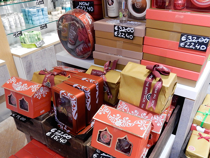 RED REIDING HOOD: Blogger event happy giving hunt designer outlet christmas shopping the body shop gift box set