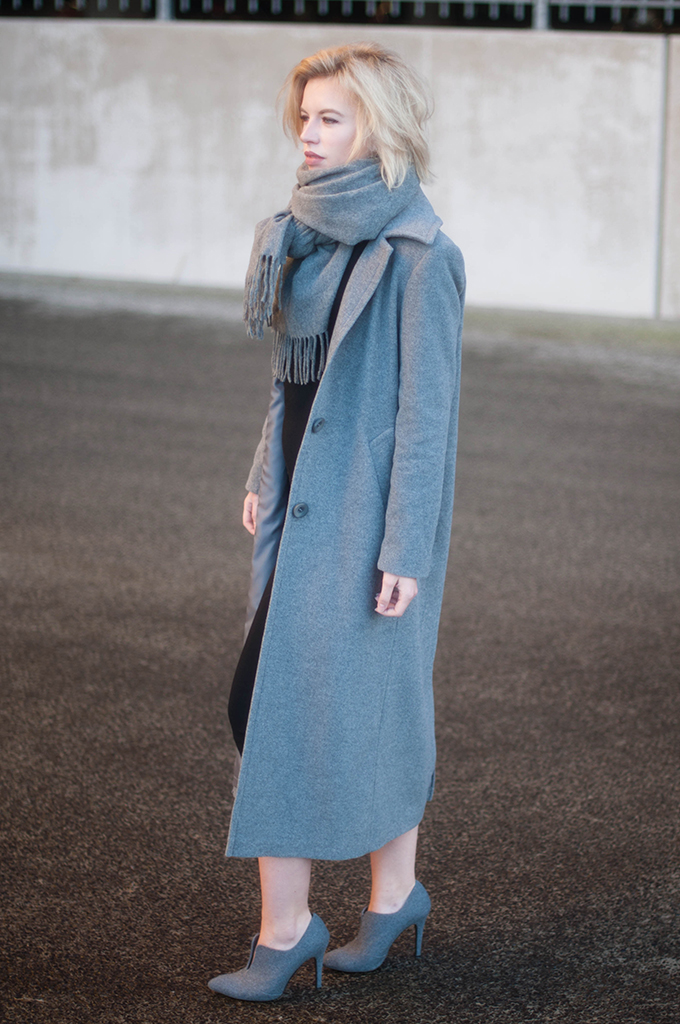 RED REIDING HOOD: Fashion blogger wearing long coat street style acne studios canada wool scarf outfit maxi dress invito schoenen