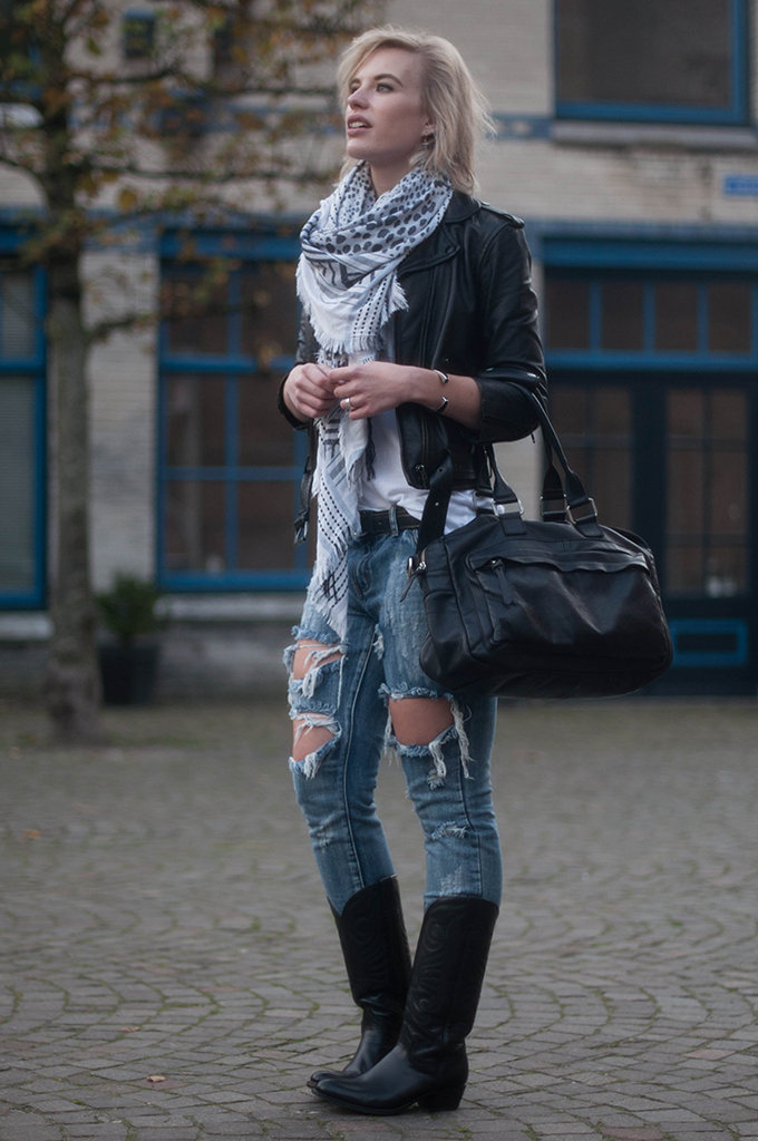RED REIDING HOOD: Fashion blogger wearing Sendra cowboy western boots street style ripped jeans One Teaspoon trashed freebird cowboysbag outfit