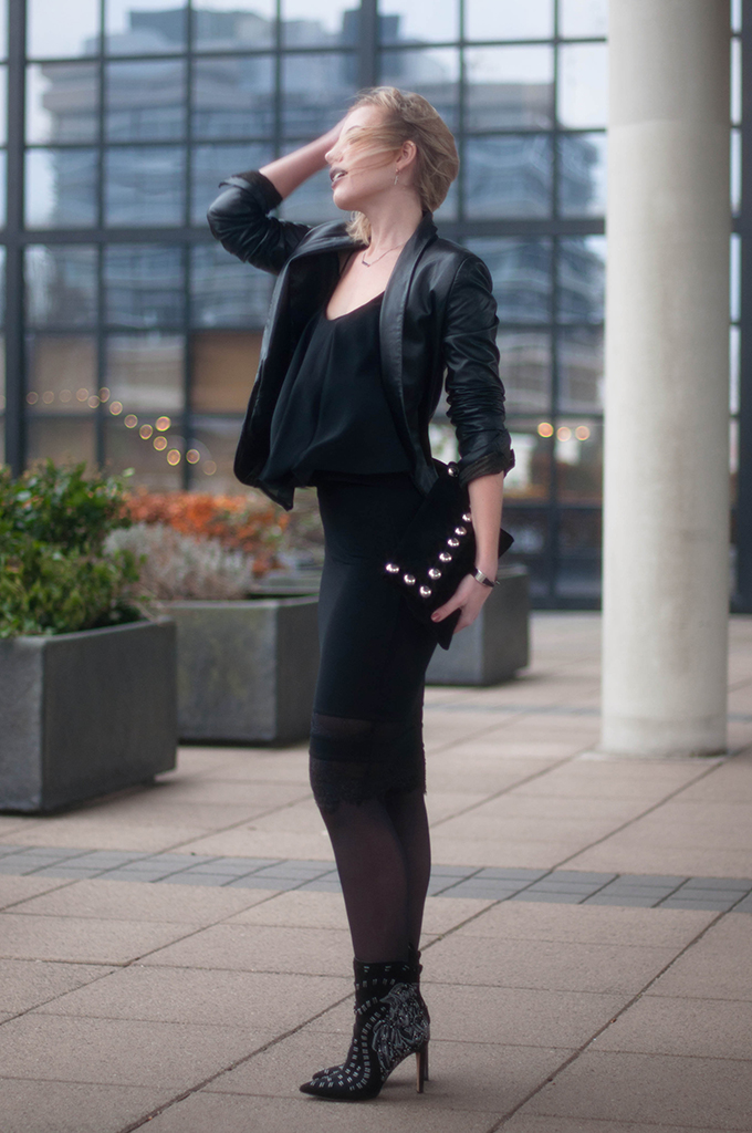 RED REIDING HOOD: Fashion blogger wearing Sam Edelman melina boots frenchonista rowan clutch street style lace skirt leather jacket all black outfit