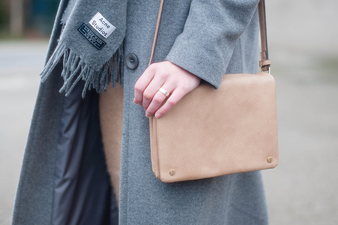 RED REIDING HOOD: Fashion blogger wearing Acne Studios canada wool scarf outfit details beige nude cross body bag glambag.nl