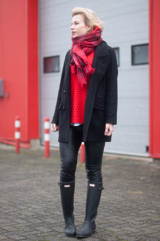 RED REIDING HOOD: Fashion blogger wearing hunter boots wellies street style plaid tartan scarf red jumper christmas outfit