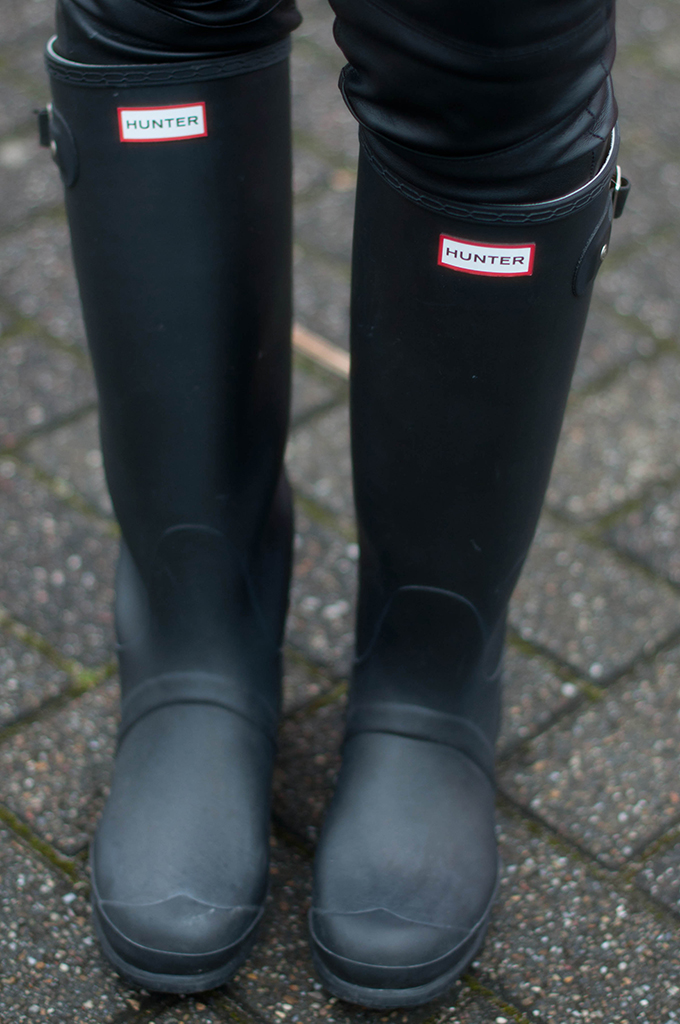 RED REIDING HOOD: Fashion blogger wearing black Hunter boots wellies wellington outfit details