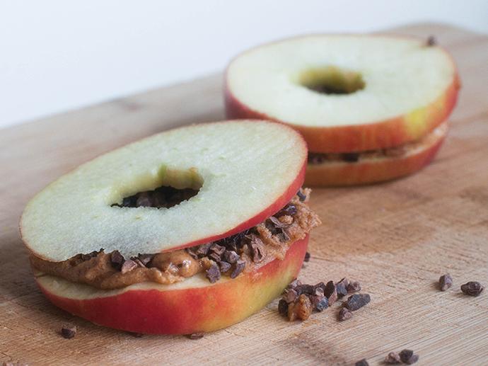 RED REIDING HOOD: Healthy recipe clean eating apple sandwiches almond butter cacao nibs food gezond recept appel de voedselzandloper