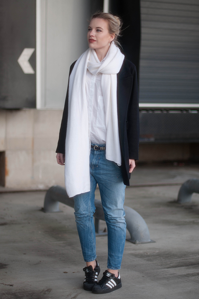 RED REIDING HOOD: Fashion blogger wearing Adidas Superstar black sneakers street style fayza boyfriend jeans long white scarf outfit