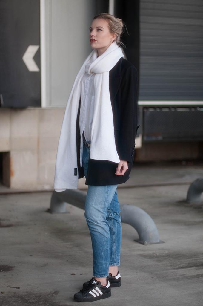 RED REIDING HOOD: Fashion blogger wearing long white scarf zara street style fayza boyfriend jeans outfit adidas superstar sneakers