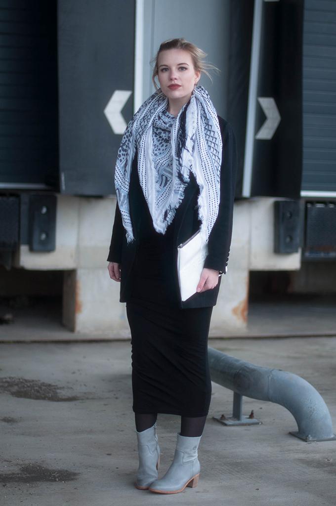 RED REIDING HOOD: Fashion blogger wearing maxi midi dress H&M trend street style zara scarf shabbies amsterdam ankle boots