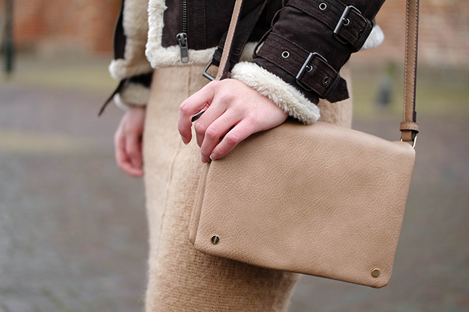 RED REIDING HOOD: Fashion blogger wearing glambag salty dog nude beige cross body bag street style aviator shearling coat brown leather jacket outfit details