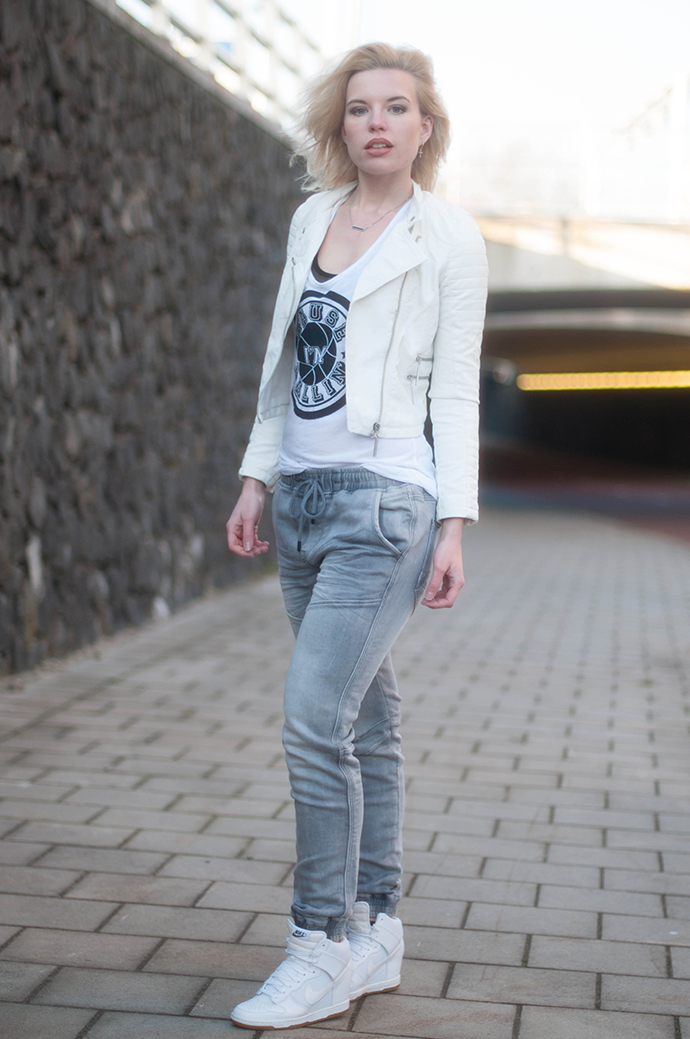 RED REIDING HOOD: Fashion blogger wearing white leather jacket tapered boyfriend jeans CoolCat we run the streets jogging jeans outfit