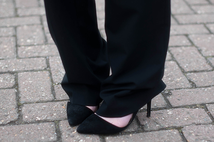 RED REIDING HOOD: Fashion blogger wearing wide suit pants outfit details pointy court shoes pumps