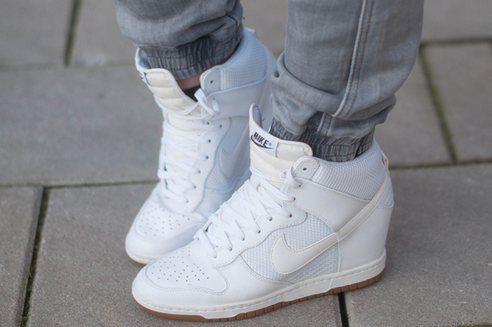 RED REIDING HOOD: Fashion blogger wearing tapered boyfriend jeans CoolCat we run the streets jogging jeans outfit details nike dunk sky high sneakers white