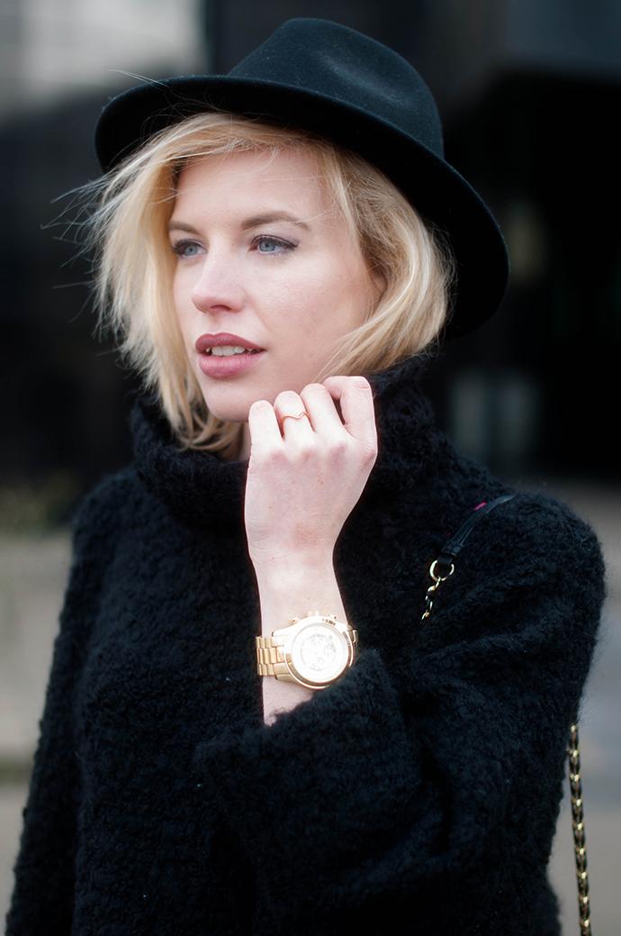 RED REIDING HOOD: Fashion blogger wearing fedora hat turtleneck outfit details gold Michael Kors watch