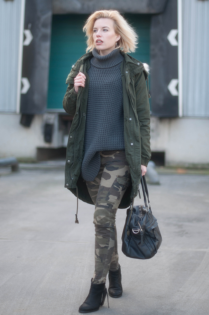 OUTFIT / Fashion blogger wearing skinny camouflage pants parka coat outfit hope grand sweater turtleneck cowboysbag