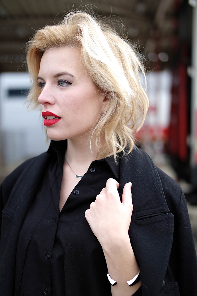 RED REIDING HOOD: Fashion blogger wearing red lipstick messy hair don't care outfit details