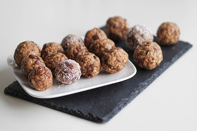 RED REIDING HOOD: OATMEAL RAISIN BLISS BALLS recipe clean food paleo recept de voedselzandloper havermout amandelboter rozijnen