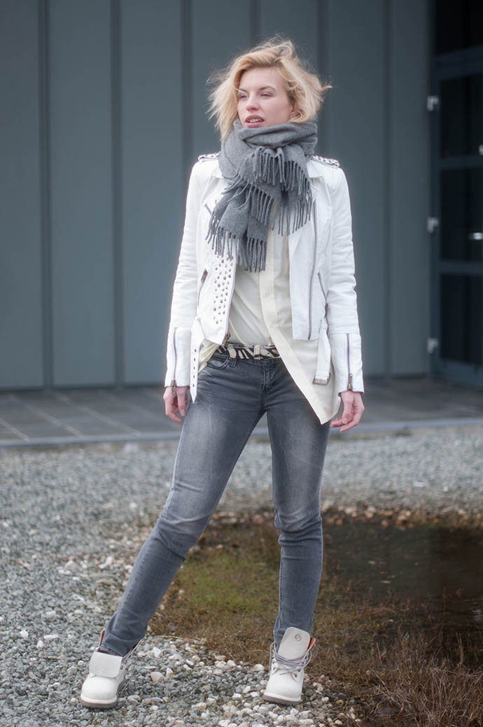 80c399db935f RED REIDING HOOD  Fashion blogger wearing grey jeans levi s revel curve ID white  leather jacket