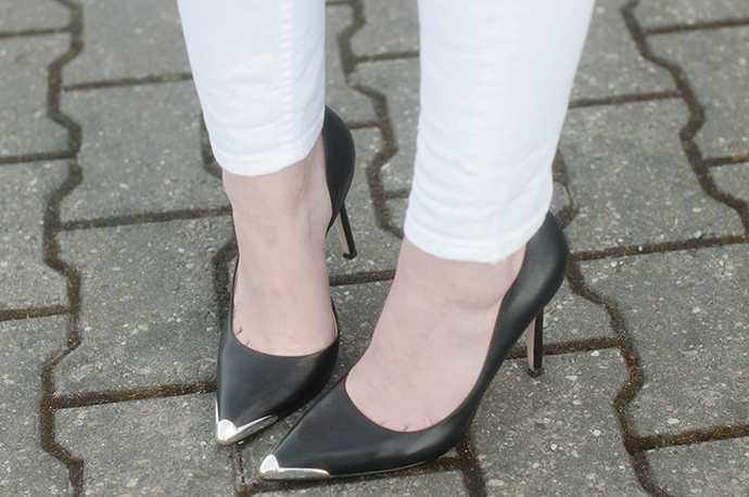 RED REIDING HOOD: Fashion blogger wearing pointy pumps silver toe cut out heels guess shoes outfit details