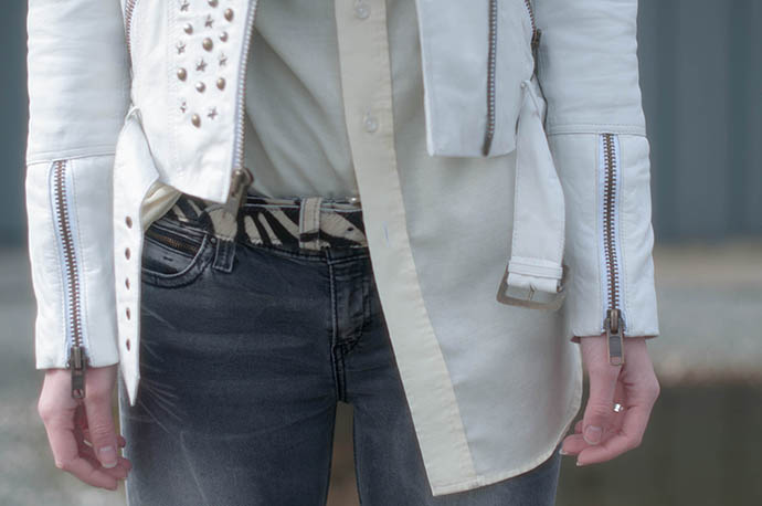 RED REIDING HOOD: Fashion blogger wearing white leather mc jacket grey jeans outfit details ponyhair leopard belt
