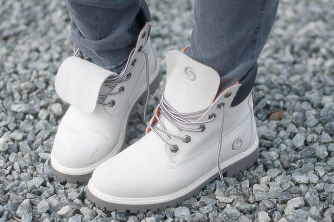 RED REIDING HOOD: Fashion blogger wearing white worker boots timberland shoes sacha shoes outfit details