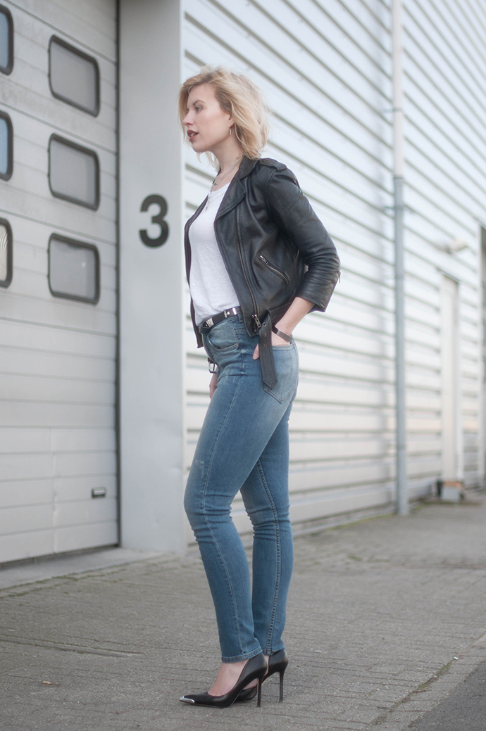 RED REIDING HOOD: Fashion blogger wearing black leather jacket H&M skinny high waisted jeans blue denim outfit guess pumps