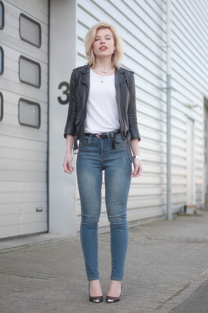 RED REIDING HOOD: Fashion blogger wearing Guess pointy pumps outfit high waist jeans blue denim leather jacket