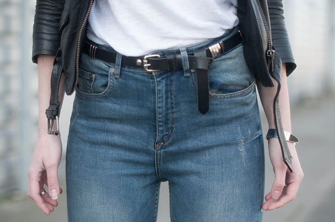RED REIDING HOOD: Fashion blogger wearing high waisted blue jeans high denim small belt leather jacket