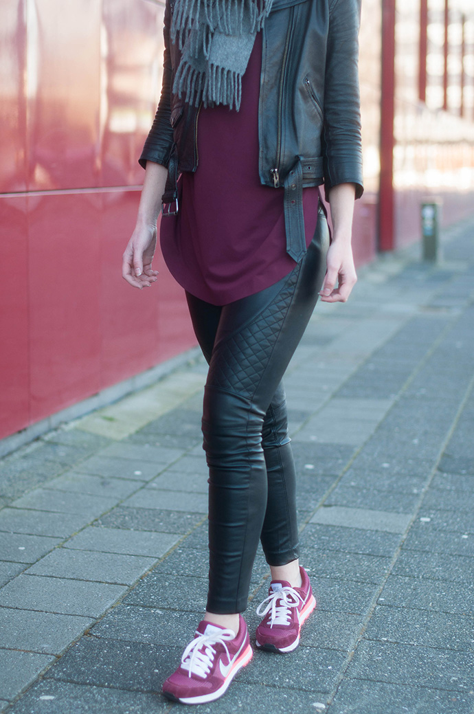 RED REIDING HOOD: Fashion blogger weairng leather jacket nike runner md sneakers leather biker pants burgundy top outfit details