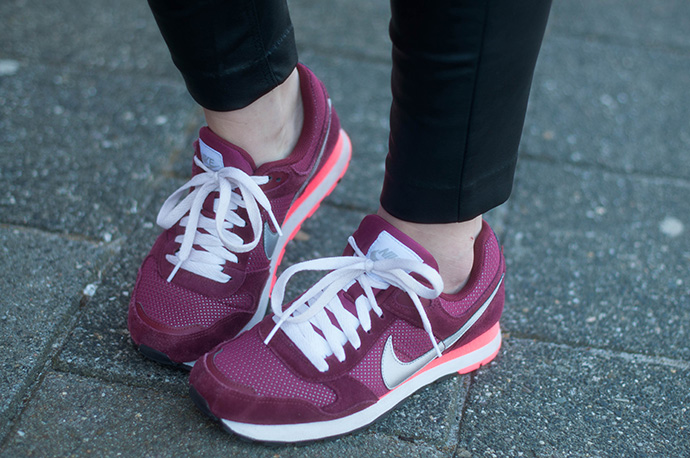 RED REIDING HOOD: Fashion blogger wearing nike md runner sneakers burgundy outfit details