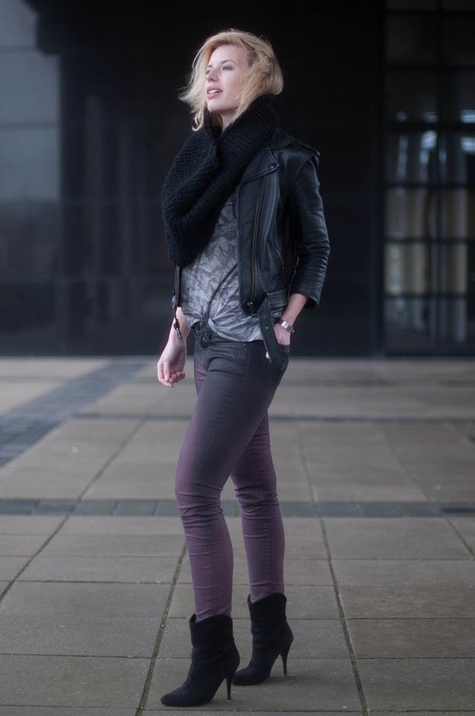 RED REIDING HOOD: Fashion blogger wearing burgundy oxblood coated jeans bastian visch V&D T-shirt leather biker jacket outfit