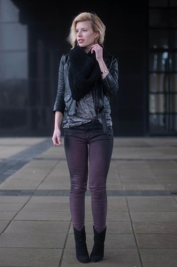 RED REIDING HOOD: Fashion blogger wearing wrinkle T-shirt bastian visch V&D lichting 2014 outfit coated jeans aubergine pants outfit leather jacket