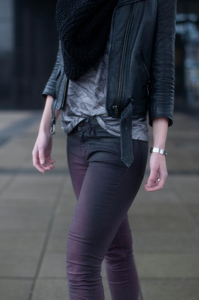 RED REIDING HOOD: Fashion blogger wearing bastian visch V&D T-shirt kreukels coated jeans outfit details leather jacket