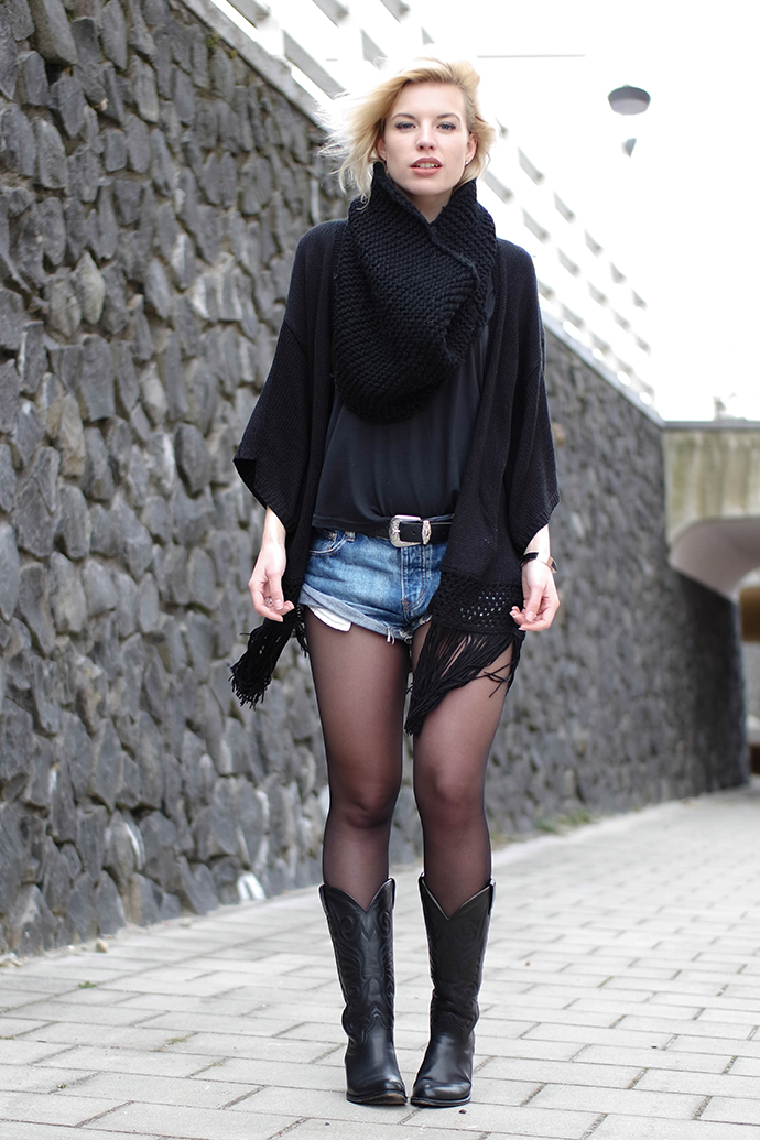 RED REIDING HOOD: Fashion blogger wearing sendra cowboy boots western belt one teapsoon bandits shorts kimono cardigan
