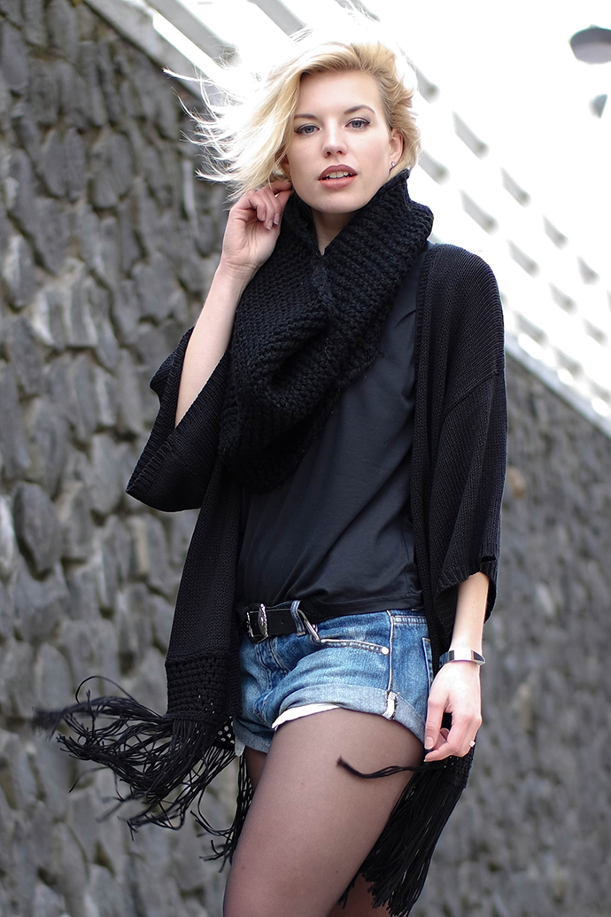 RED REIDING HOOD: Fashion blogger wearing one teaspoon bandits shorts kimono cardigan snood scarf outfit details