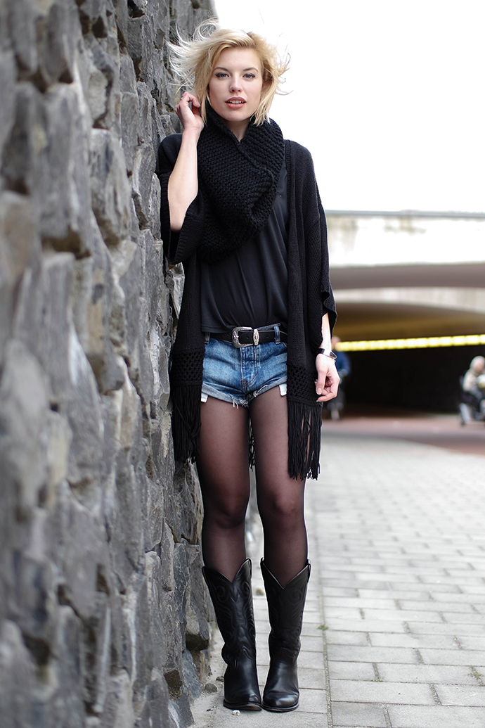 RED REIDING HOOD: Fashion blogger wearing kimono cardigan one teaspoon bandits shorts sendra western cowboy boots outfit