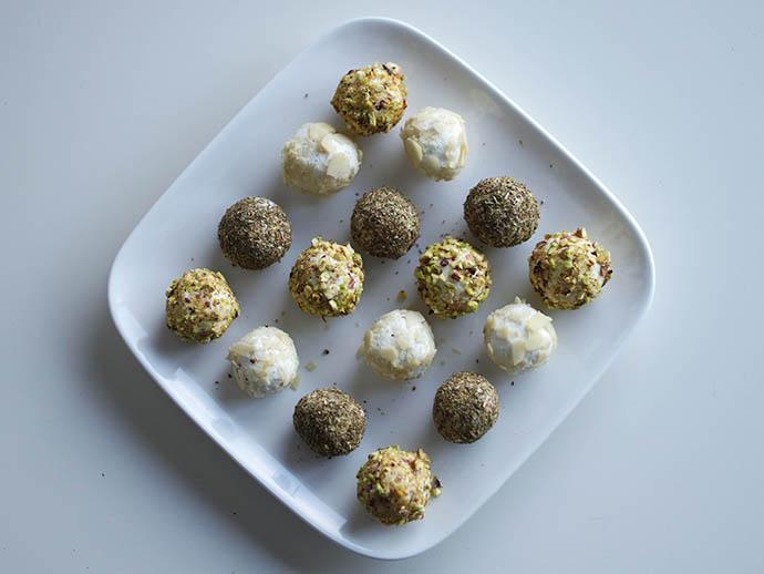 RED REIDING HOOD: Food blogger clean recipe goat cheese balls italian herbs flaked almonds pistachio nuts geitenkaas balletjes de voedselzandloper recept