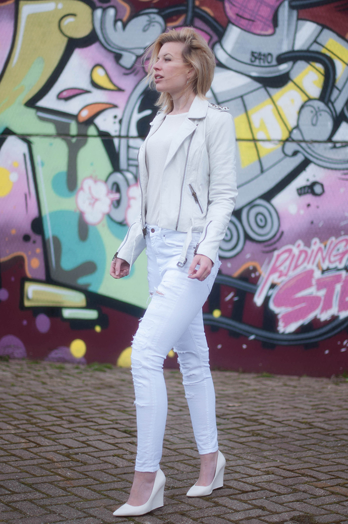 RED REIDING HOOD: Fashion blogger wearing all white outfit high waisted ripped jeans distressed denim leather jacket mission blue mango wedge heels outfit